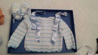 Conjunto chaqueta y patucos para bebe