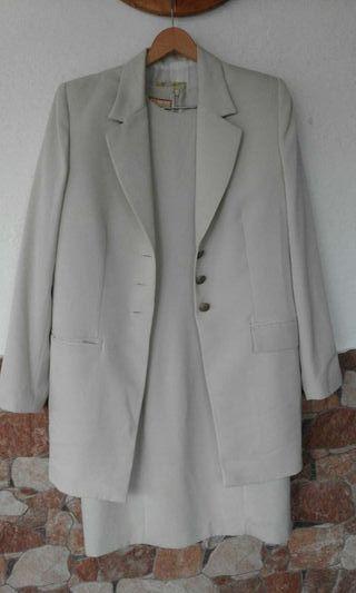 Conjunto de vestido con chaqueta beis talla 46
