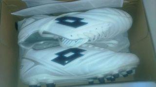 Zapatillas de fútbol ,marca loto en su caja 41-42