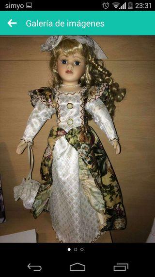 Muñeca de porcelana intacta