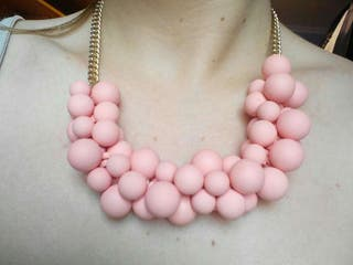Collar de bolas rosas