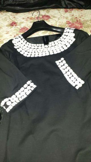 Vestido negro con piedras blancas