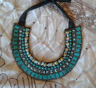 Collar babero pedreria Zara turquesa