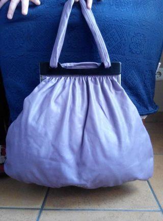 Bolso lila en forma de saco.