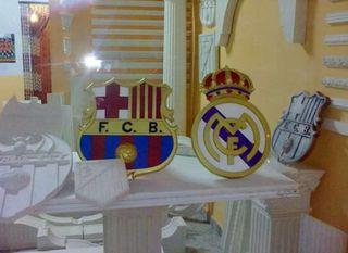 Escudos de escayola del Real Madrid y el Barcelona