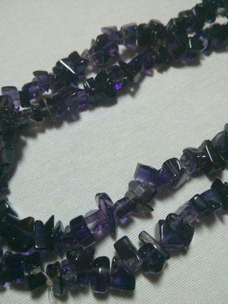 Collar de piedras lila