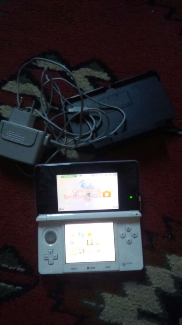 Nintendo 3DS con cable de cargador y cargador
