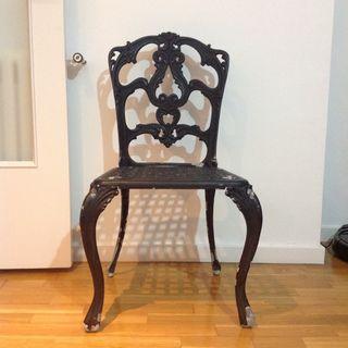 Mesas y sillas en acero