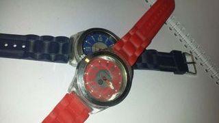 Reloj rojo y azul