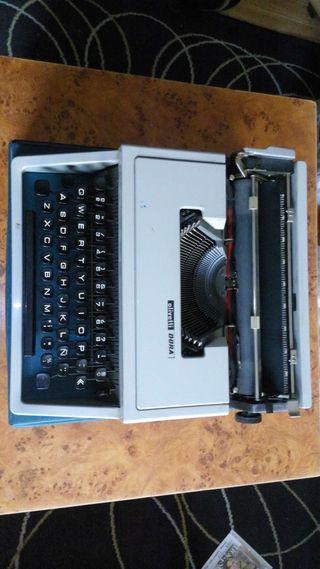 Maquina de escribir Olivetti Dora con caja.