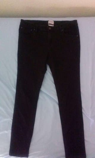 Pantalones negros pitillo skinny jeans pull&bear