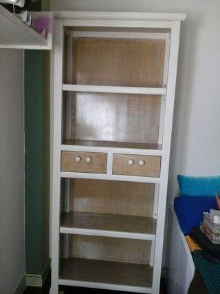 Librería de dos cajones con tiradores de nacar y dos estantes regulables , medidas alto 1,90 y ancho 75.