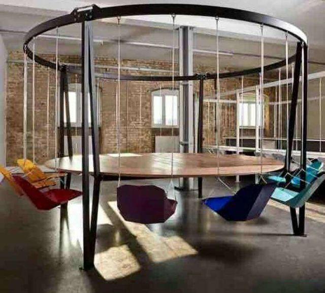 Mesa columpio sillas interiorismo decoraci n for Mesas diseno barcelona