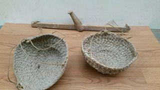 Antigua balanza manual de madera con 2 cestos o capazos de esparto