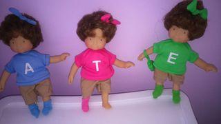 3 muñequitas.