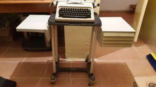 Maquina de escribir olympia con mesa.