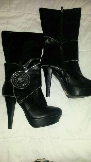 Botas negras de fiesta.