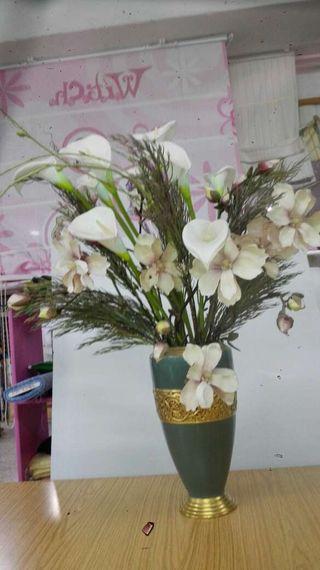 Jarrón de porcelana con flores