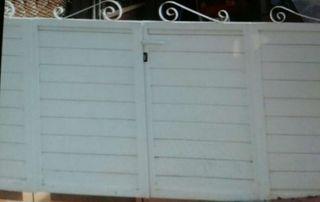 Puerta de aluminio en buen estado.