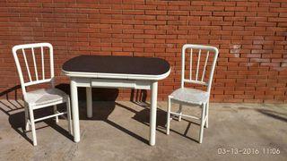 Mesa de cocina y dos sillas