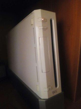 Wii + 3 mandos + un cargador electrico de dos baterias mas dos juegos basicos