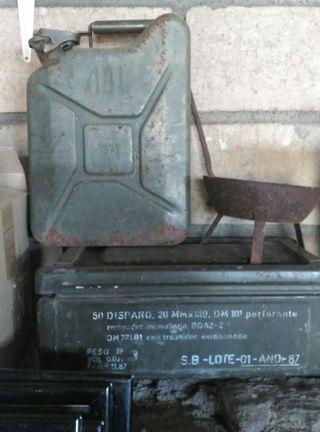 Garrafa gasolina y caja de hierro