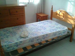 Dormitorio de pino en perfecto estado