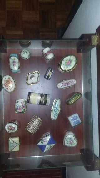 Coleccion de Cajitas de porcelana y mueble expositor