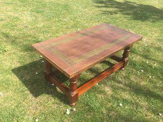 Mesa de latón y madera