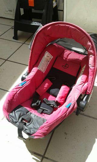 Porta bebé para coche