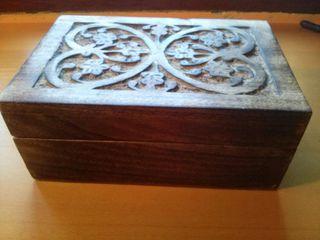 Caja de madera tallada a mano