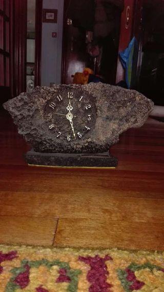 Reloj de piedra volcanica