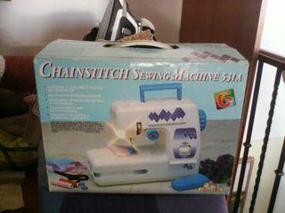 Se vende máquina de coser de juguete.