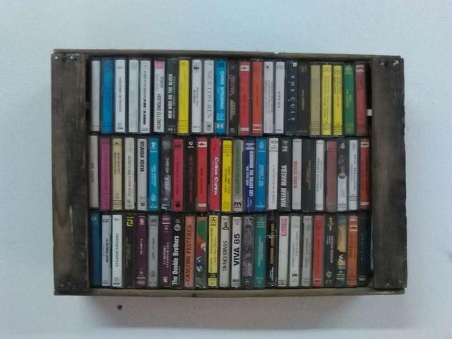 cajas antiguas con 70 casettes se musica para decoracion par bar