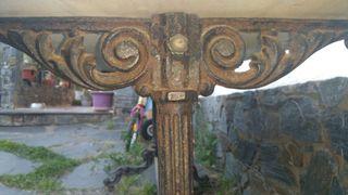 Taula antiga de ferro i marbre