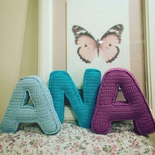 Letras hechas a ganchillo,ideales para habitacion de los niños.