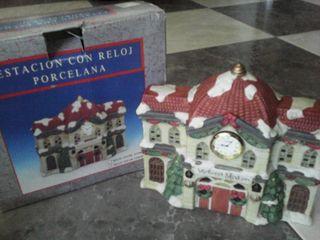 Estación con reloj de porcelana