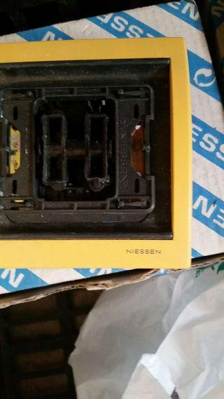 Piezas que han sobrado de tapas interruptores y enchufes de la casa Niessen