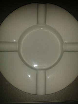 Cenicero ceramica lacado blanco brillo sin usar.