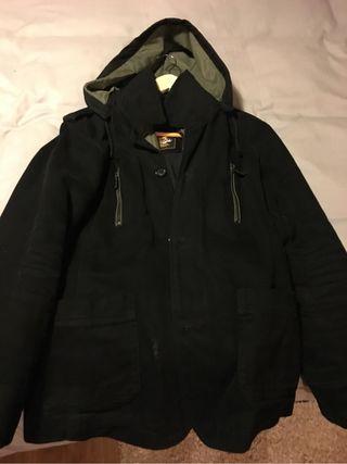 Cazadora negra con cremallera y capucha