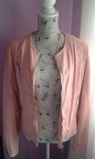Chaqueta tipo polipiel rosa corte inglés