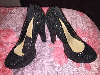 Zapatos negros de noche.