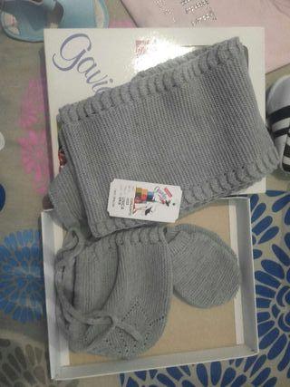 Conjunto bufanda, manoplas y capota gris