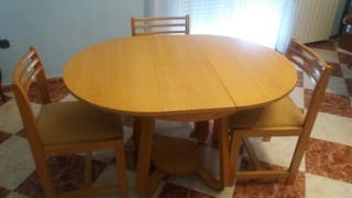 Mesa con cristal y cuatro sillas.