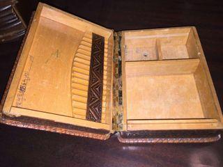 Caja de madera vintage con decoración