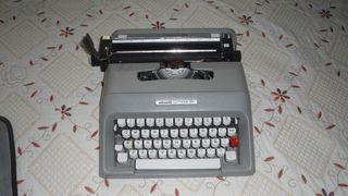 Maquina de escribir olivetii.