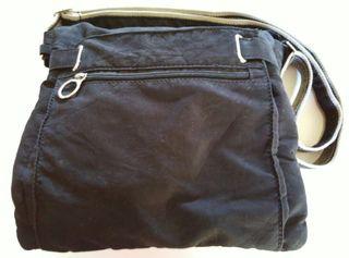 Bolso negro pequeño pero con muchos espacios.