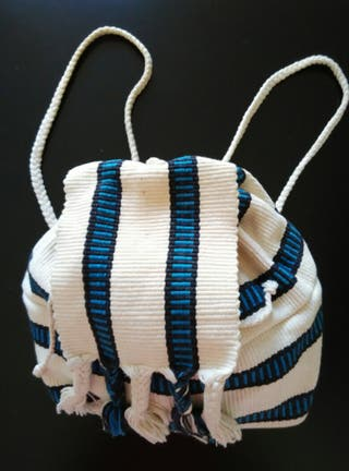 Pequeña mochila crudo, azul y negra