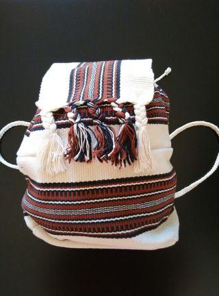 Pequeña mochila en crudo, marrón y negro.