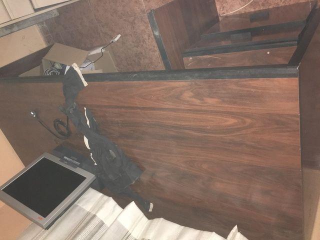 Mesa de oficina con ala y cajonera de madera